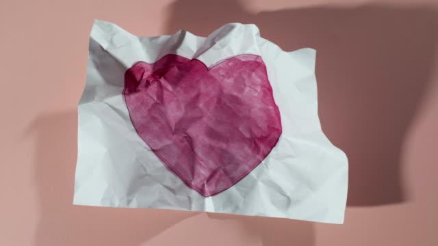 papier ball unwrapping herz gemälde hd - valentinstags karte stock-videos und b-roll-filmmaterial