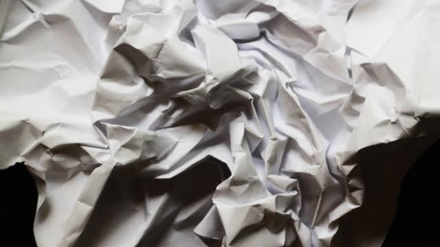 vídeos de stock e filmes b-roll de bola de papel - amarrotado