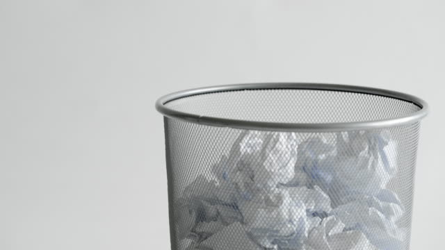 vídeos de stock e filmes b-roll de paper balls falling into trash - amarrotado