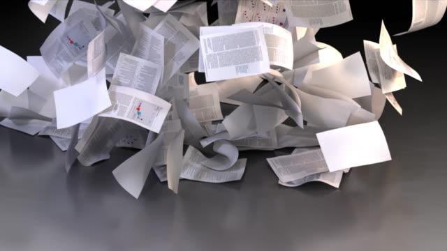 vidéos et rushes de les documents papier couvrent le plancher - en papier
