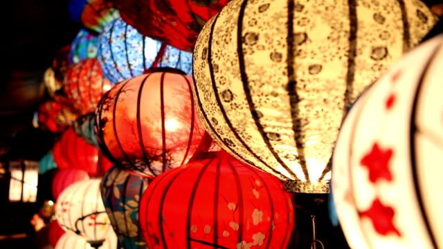 paper lanterns in hoi an old town market in vietnam - китайский фонарь стоковые видео и кадры b-roll