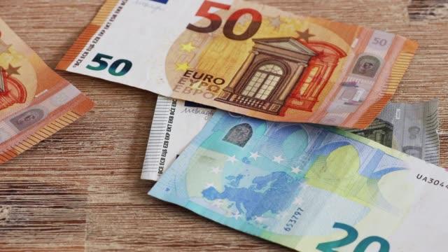 papiergeld regnet nieder - inflation stock-videos und b-roll-filmmaterial