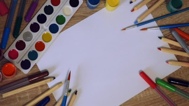 vidéos et rushes de papier, peintures et crayons pour le dessin - fournitures scolaires