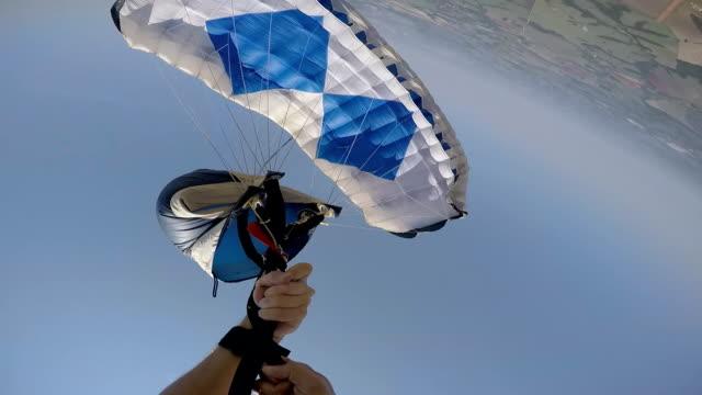 vídeos de stock, filmes e b-roll de procedimento de para-quedas de emergência - paraquedismo