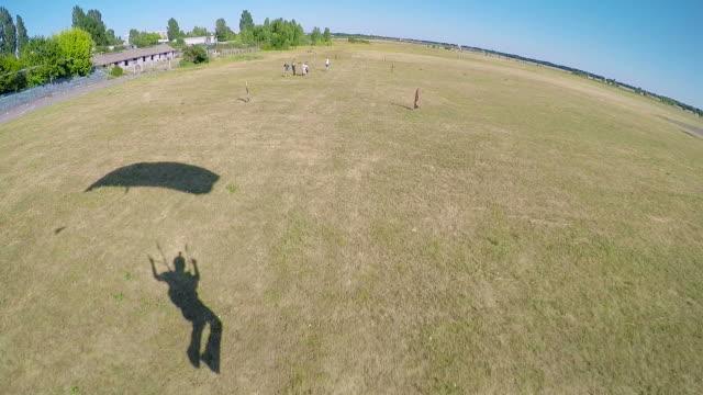 parachute landing shadow pov - скайдайвинг стоковые видео и кадры b-roll