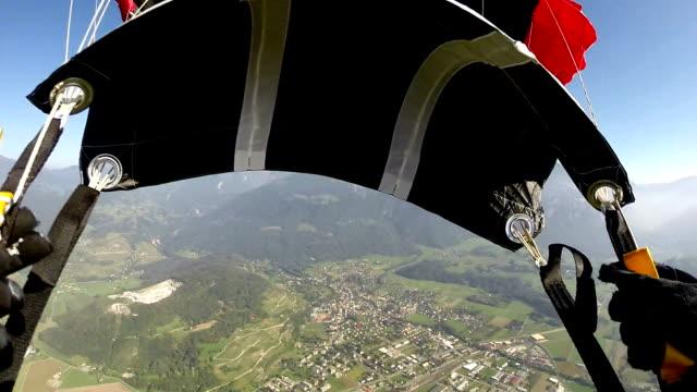 vídeos de stock, filmes e b-roll de parachute de abertura - paraquedismo