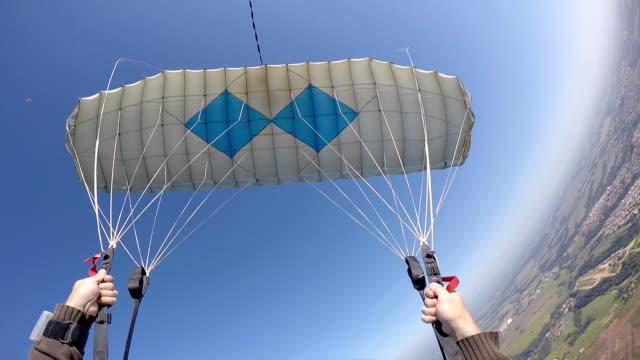 parachute piloting point of view - парапланеризм стоковые видео и кадры b-roll
