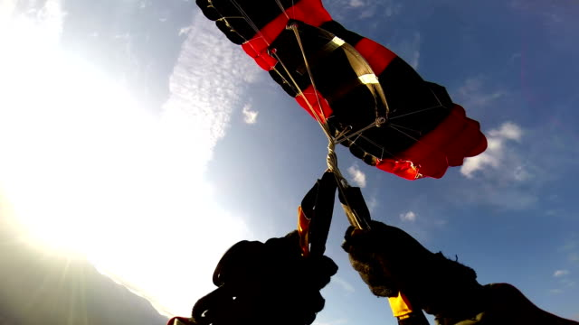 vídeos de stock, filmes e b-roll de toque de pára-quedas - paraquedismo