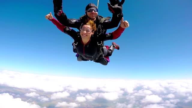 parachutist tandem jumping - скайдайвинг стоковые видео и кадры b-roll