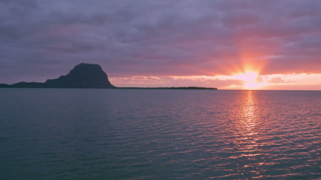 paradise rocky tropical island all'ora del tramonto - isole mauritius video stock e b–roll