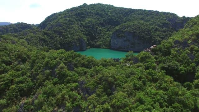 タイのエメラルド海を持つパラダイストロピカルアイランド。空中写真。 - サムイ島点の映像素材/bロール