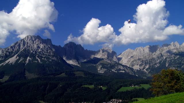 paraglider cruising framför alpina berg - delstaten tyrolen bildbanksvideor och videomaterial från bakom kulisserna