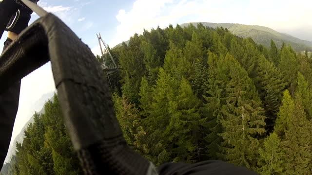 любительская видео съемка параплане летать над зеленый лес - парапланеризм стоковые видео и кадры b-roll