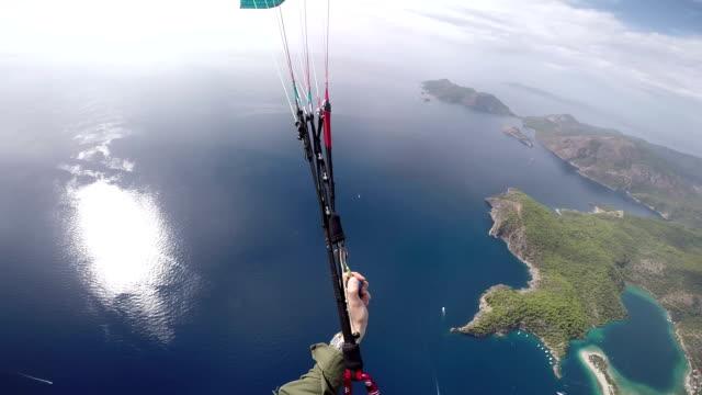 любительская видео съемка параплане, летящий на средиземное море - парапланеризм стоковые видео и кадры b-roll