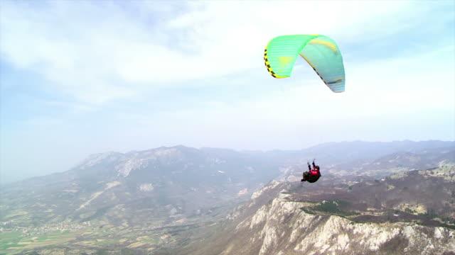 hd: параглайдер having fun in the air - парапланеризм стоковые видео и кадры b-roll