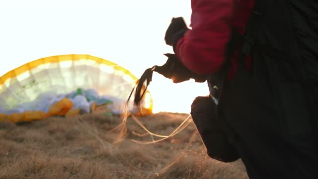 hd: параглайдер готовит парашют - парапланеризм стоковые видео и кадры b-roll