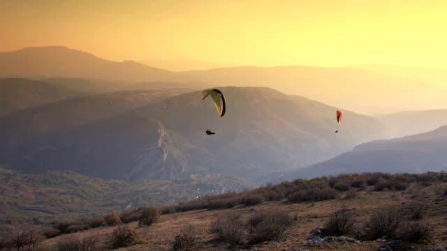 параглайдер высокими на горы - парапланеризм стоковые видео и кадры b-roll