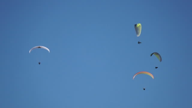 paragliders moving out of the frame - volo con parapendio video stock e b–roll