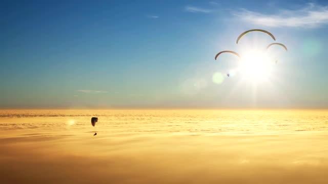 парапланы на море golden облаков с солнца - парапланеризм стоковые видео и кадры b-roll