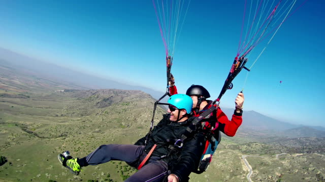 paragliding adrenaline tandem experience - парапланеризм стоковые видео и кадры b-roll