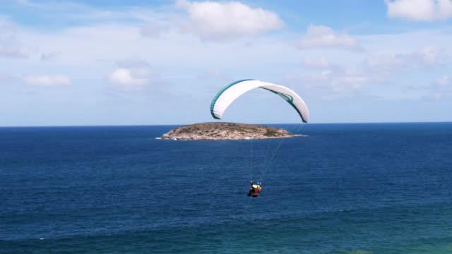 paragliding at the beach - volo con parapendio video stock e b–roll