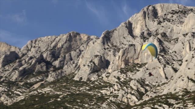 vidéos et rushes de parapente en provence, france - aix en provence