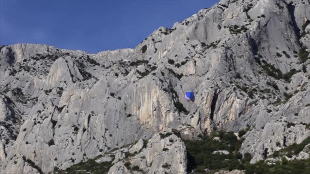 vidéos et rushes de parapente au large du mont st victoire, provence, france - aix en provence