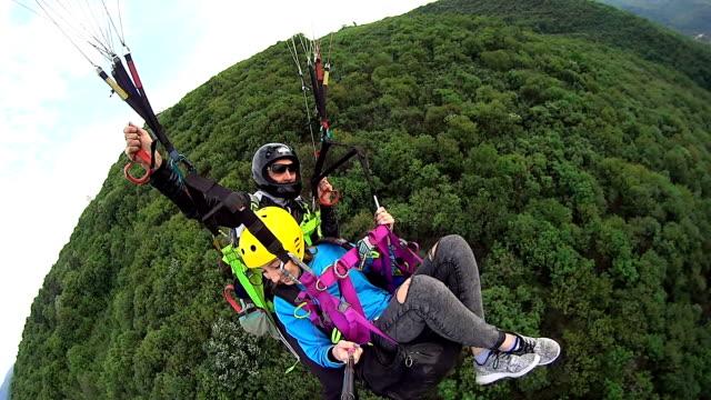 paragliding over the mountain - парапланеризм стоковые видео и кадры b-roll