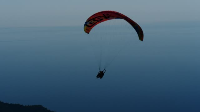 paragliding tandem, antalya, turkey - june 25, 2017 - парапланеризм стоковые видео и кадры b-roll