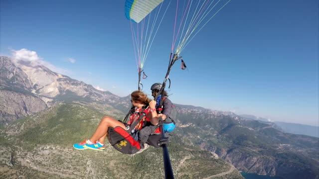 paragliding. (zero retouche) - парапланеризм стоковые видео и кадры b-roll