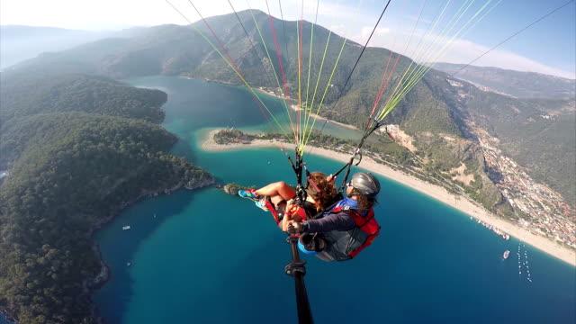 paragliding. (zero retouche) - турция стоковые видео и кадры b-roll