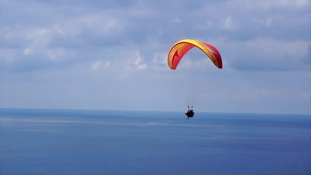 paragliding - volo con parapendio video stock e b–roll