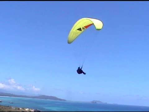 parasailor arrampicata up - volo con parapendio video stock e b–roll