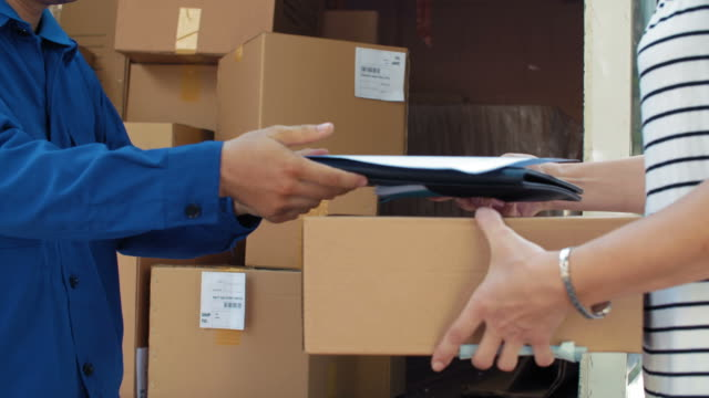 vídeos de stock e filmes b-roll de parcel receiving - correio