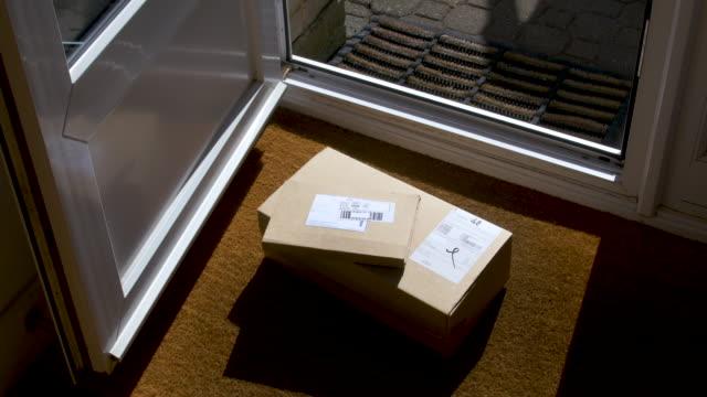 parseller evin ön kapısına teslim ediliyor. - sahanlık stok videoları ve detay görüntü çekimi