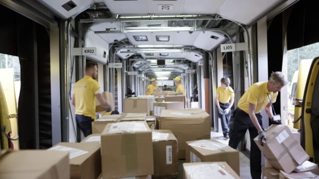 time-lapse pov parcels travelling on the sorting conveyor belt - copricapo abbigliamento video stock e b–roll