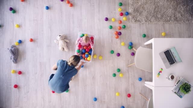 親のルールナンバーワン:常に楽しみのための時間を作る - ファストモーション点の映像素材/bロール