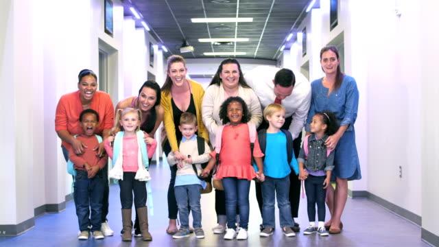 vídeos de stock e filmes b-roll de parents and preschool children in hallway of school - 25 29 anos