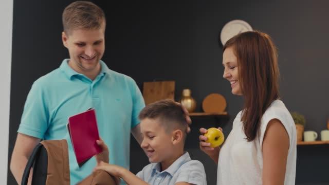 stockvideo's en b-roll-footage met ouders en schooljongen voorbereiding naar school - schooljongen