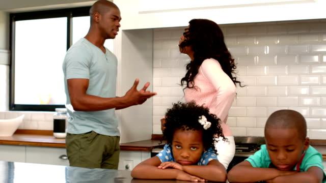 genitori discutere davanti di bambini - divorce video stock e b–roll