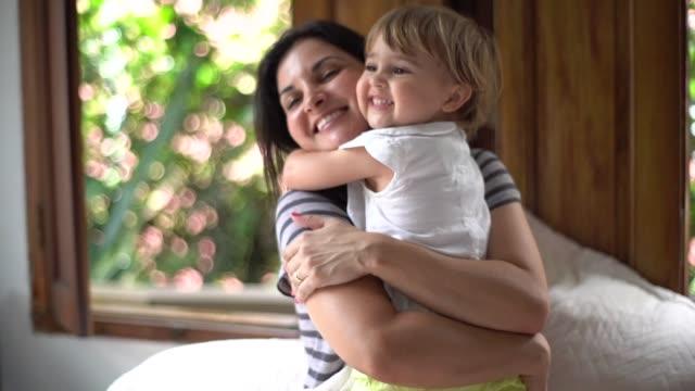 かわいい娘との楽しみを持つ親 - ブラジル文化点の映像素材/bロール