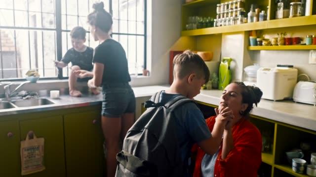 hbt-föräldrar skickar barn till skolan (slow motion) - förberedelse bildbanksvideor och videomaterial från bakom kulisserna