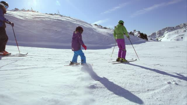 ts föräldrar lära sina barn skidåkning - semester bildbanksvideor och videomaterial från bakom kulisserna
