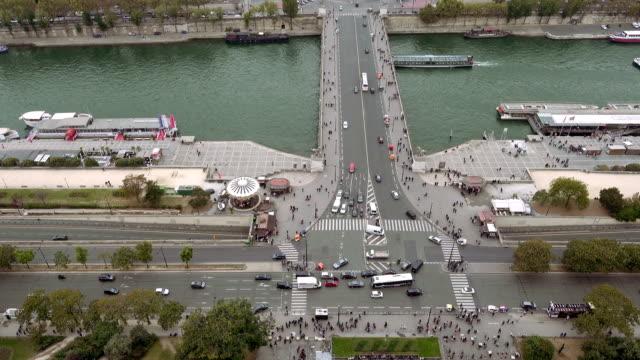 stockvideo's en b-roll-footage met luchtfoto van het parijs van de rivier de seine en jena-brug - rivieroever