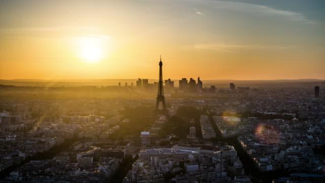 vidéos et rushes de time-lapse: paris cityscape jour au crépuscule - tour eiffel