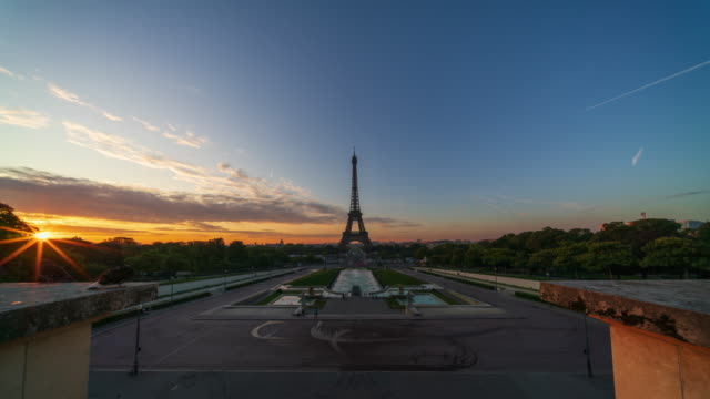 Paris Eiffel Tower with sunrise at dawn - 4k time-lapse