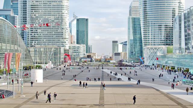 Paris Financial District. Corporate Building. Menschen. – Video
