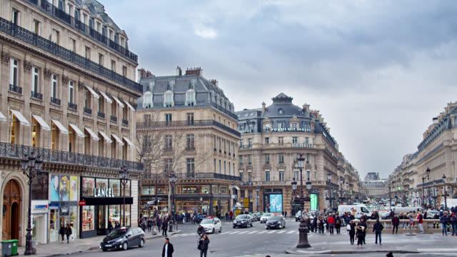 Paris. Menschen zu Fuß auf einer belebten Straße, Platz. Einkaufszentrum. – Video