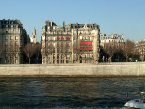 париж: река сена сцены - центральная европа стоковые видео и кадры b-roll