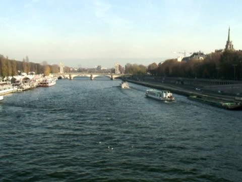 париж: река сена трафика, широкий -time lapse - центральная европа стоковые видео и кадры b-roll